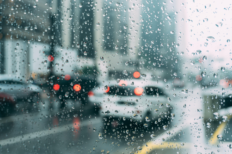 Sicher Fahren auf nassen Straßen